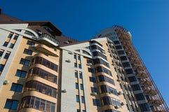 Mehrstöckiges Haus des modernen Ziegelsteines auf tiefem BAC des blauen Himmels Lizenzfreie Stockbilder