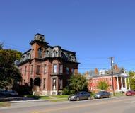 Mehrstöckiges Haus US im alten Stil gesehen in einem amerikanischen Vorort lizenzfreie stockfotos