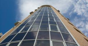 Mehrstöckiges Kontrollturmhaus des Glas- und gelben Ziegelsteines Stockfotografie