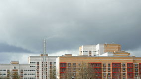 Mehrstöckiges Wohngebäude thunderstorm stock video footage