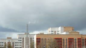 Mehrstöckiges Wohngebäude thunderstorm stock footage