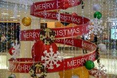 Mehrstufiger Einkaufszentruminnenraum verziert mit Weihnachtsdekoration stockfoto