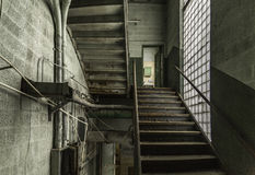 Mehrstufiger Treppenhausschacht in einer verlassenen Fabrik lizenzfreie stockbilder
