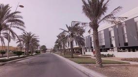 Mehrstufiges Parken des Autos in Yas-Insel im Abu Dhabi-Vorratgesamtlängenvideo stock footage