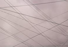 Mehrzahl des elektrischen Drahtes gegen den blauen Himmel Lizenzfreie Stockbilder