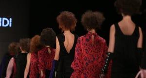 Mehtap Elaidi Catwalk in Mercedes-Benz Fashion Week Istanbul Lizenzfreie Stockfotografie
