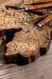 Meißel auf einem Block des geschnitzten Holzes mit Schnitzeln Stockbilder