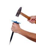 Meißel und Hammer in der Hand stockfotografie
