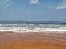 13 mei bij het strand van Goa Calungute De golven die de kust in de ochtend sweping bij het strand van Goa Calungute royalty-vrije stock afbeeldingen