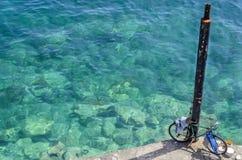 21 mei - Chania, Kreta - Fiets bij de post op het Egeïsche Overzees, Stock Fotografie