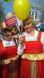 Mei-dag in de vrouwen van Rusland in nationale kostuums bij de demonstratie Royalty-vrije Stock Fotografie