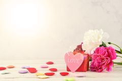 Mei-de Anjerbos van de Moeder` s Dag van Bloemenboeket met hart en gift, Spatie voor Tekst, Roze Stock Fotografie