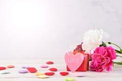 Mei-de Anjerbos van de Moeder` s Dag van Bloemenboeket met hart en gift, Spatie voor Tekst, Roze Royalty-vrije Stock Foto