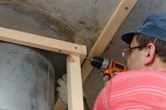 31 mei, 2017: De foto van meester bouwt een houten kader Stock Afbeelding