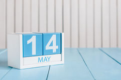 14 mei Het beeld van kan 14 houten kleurenkalender op witte achtergrond Stock Fotografie