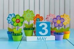 3 mei Het beeld van kan 3 houten kleurenkalender op witte achtergrond met bloem De lentedag, lege ruimte voor tekst Royalty-vrije Stock Afbeelding