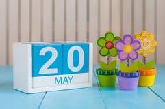 20 mei Het beeld van kan 20 houten kleurenkalender op witte achtergrond met bloem De lentedag, lege ruimte voor tekst wereld Stock Foto