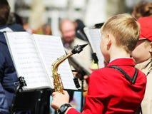 9 mei, 2018 Izhevsk, Rusland De jongen speelt de saxofoon stock foto