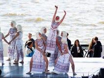 9 mei, 2018 Izhevsk, Rusland Meisjes het dansen volksdansen bij het festival Royalty-vrije Stock Afbeeldingen
