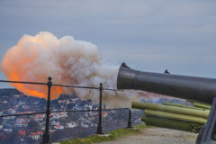 8 mei, kanonbegroeting van fredriksten vesting, het vuren Stock Afbeeldingen
