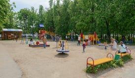 24 mei, 2016: Kinderen met ouders in de kinderen` s speelplaats Stock Foto's