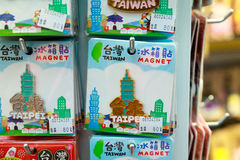 24 mei, leuke magnetsouvenirs van Taiwan van 2017 op verkoop in Ximending Stock Foto's