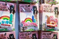 24 mei, leuke magnetsouvenirs van Taiwan van 2017 op verkoop in Ximending Stock Afbeeldingen