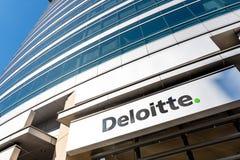 5 mei, 2019 San Jose/CA/de V.S. - Deloitte-embleem boven de ingang aan hun bureaus in San van de binnenstad Jose, baai de Zuid- v royalty-vrije stock fotografie