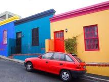 06 Mei, 2014 - Straat in BO-Kaap Heldere kleuren Mening over stad en van de Lijst Berg van seaakant Sout Stock Fotografie