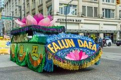 12 mei, 2019 - Vancouver, Canada: De vlotter van Falundafa in parade door straten van de stad in op Moederdag 2019 royalty-vrije stock fotografie