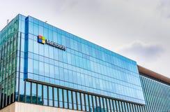 12 mei, 2019 - Vancouver, Canada: Embleem van Microsoft Corporation aan het Westenkant van Vreedzame Cente-Wandelgalerij boven Ho stock foto's