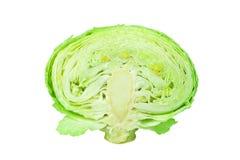 Meia cabeça verde da couve fundo branco no fim isolado acima, parte cutted de couve branca madura, couve-de-bruxelas cortado imagens de stock
