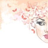 A meia cara bonita pontilhada da mulher na cor pastel borra o fundo com as borboletas no rosa Imagem de Stock