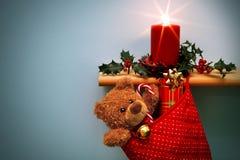 Meia do Natal com presentes vela e azevinho. Imagem de Stock