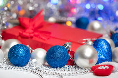 Meia e brinquedos da decoração das bolas do Natal Foto de Stock
