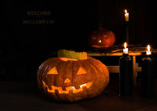 meia-noite abóboras e velas, a boa vinda da inscrição a Dia das Bruxas Imagem de Stock