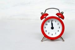 Meia-noite impressionante do despertador vermelho do vintage (ou meio-dia) fotografia de stock