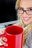 Meia opinião do comprimento do café de oferecimento da fêmea Foto de Stock