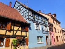 Meias casas suportadas, rua grande, Bergheim imagem de stock