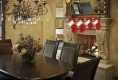 Meias do Natal na cornija de lareira da chaminé Fotografia de Stock Royalty Free