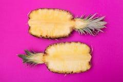 Meias fatias de abacaxis frescos no fundo magenta Vista superior Os abacaxis brilhantes modelam o estilo mínimo Conceito creativo fotos de stock