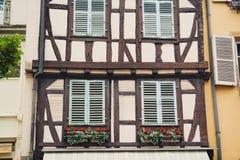 Meias janelas velhas do fachwerk da madeira na casa em Colmar, França Fotografia de Stock Royalty Free