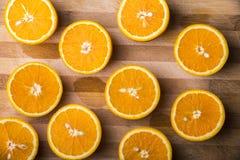 Meias laranjas em uma placa de madeira Fotos de Stock