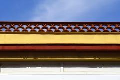 Meias telhas de cume redondas decorativas, telhas do arco que cobrem fora de uma parede de construção na Espanha fotos de stock royalty free