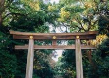 Meiji Jingu-de poort van heiligdomtorii in Tokyo, Japan stock foto