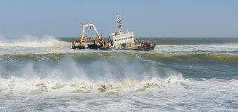 Meile 108, Namibia - 21. Juni 2014: Ruinieren Sie Zeila, das auf Sandbank während des Sturms und der Wellen legt Lizenzfreies Stockbild
