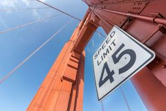 45 Meilen Höchstgeschwindigkeits-Zeichen bei Golden gate bridge Stockfotos