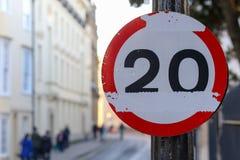 20 Meilen pro Stunde Verkehrsschild der MPH-Höchstgeschwindigkeit geschädigte Lizenzfreie Stockfotos