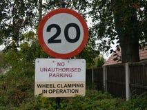 20 Meilen pro Stunde Verkehrsschild herein Surrey England Stockbild