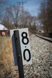Meilenmarkierung auf der Seite der Bahnen Stockbilder